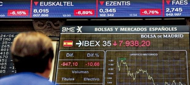 지난 24일 스페인 마드리드 증권거래소에서 한 여성이 스페인 IBEX35지수가 떨어지는 화면을 쳐다보고 있다. IBEX35지수는 이날 12.35% 하락한 7787.70으로 마감했다. 마드리드AFP연합뉴스