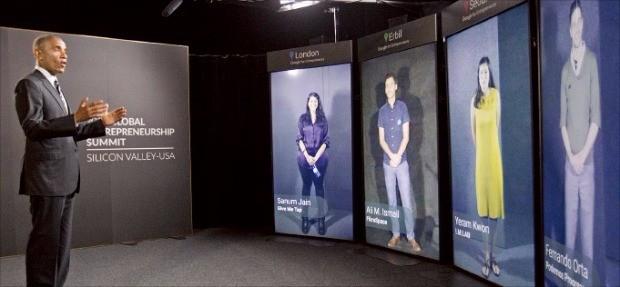 버락 오바마 미국 대통령(왼쪽)이 스탠퍼드대에서 열린 '2016 글로벌 기업가 정신 정상회의'에서 권예람 아이엠랩 대표(오른쪽 두 번째) 등과 화상을 통해 이야기 하고 있다. 연합뉴스