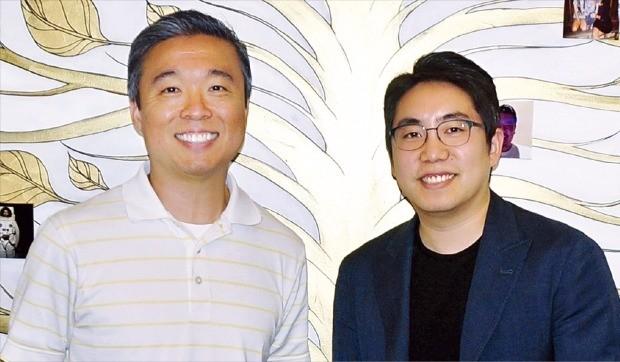 미국 실리콘밸리 에바오토메이션 사무실 앞에 선 기디언 유 대표(왼쪽)와 구본웅 포메이션그룹 대표. 레드우드시티=이호기 기자  hglee@hankyung.com