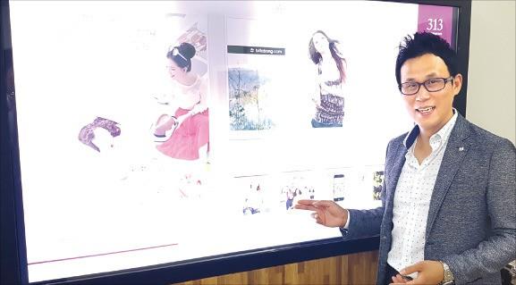 김지성 엘토브 대표가 모바일 연동이 가능한 디스플레이 제품의 소프트웨어 기술력을 설명하고 있다. 엘토브 제공
