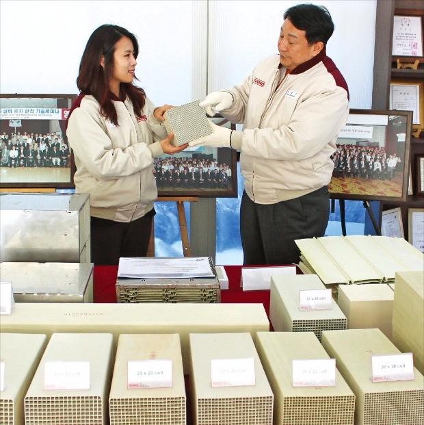 신동우 나노 사장(오른쪽)이 경북 상주 본사에서 직원과 함께 탈질촉매필터 해외시장 공략에 대해 얘기하고 있다. 나노 제공