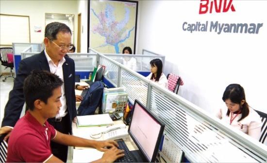 김순조 BNK캐피탈 미얀마 법인장이 양곤시의 BNK캐피탈 영업점에서 직원들과 업무에 관해 얘기하고 있다. 김태현 기자