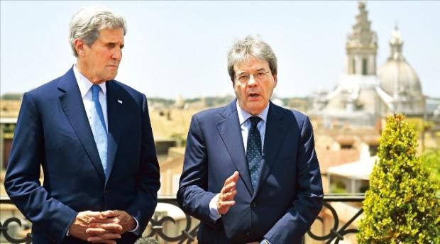 존 케리 미국 국무장관(왼쪽)이 26일(현지시간) 이탈리아 로마를 방문해 파올로 젠틸로니 이탈리아 외무장관과 기자회견하고 있다. 케리 장관은 브렉시트 사태 해결을 위해 EU 정상과 만난다. 로마AP연합뉴스