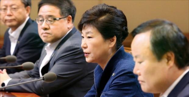 박근혜 대통령이 27일 청와대에서 수석비서관회의를 주재하고 있다. 강은구 기자 egkang@hankyung.com