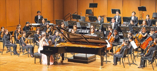 지난 4월 전남 여수 예울마루 대극장에서 열린 음악회에서 피아니스트 문지영과 수원시립교향악단이 협연하고 있다. GS칼텍스재단  제공