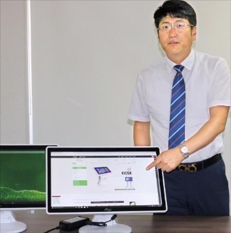 김영식 코리아정보통신 대표가 키보드, 마우스가 필요 없는 올인원 터치 PC '뷰라이프' 장점을 설명하고 있다. 안재광 기자