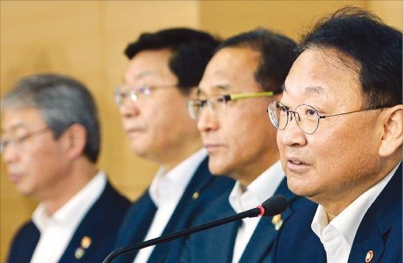 유일호 부총리 겸 기획재정부 장관(오른쪽)이 28일 정부서울청사에서 '2016년 하반기 경제정책방향'을 설명하고 있다. 김영우 기자 youngwoo@hankyung.com