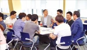 입주 기업들이 대구창조경제혁신센터 회의실에서 기술협력 회의를 하고 있다. 대구창조경제혁신센터 제공