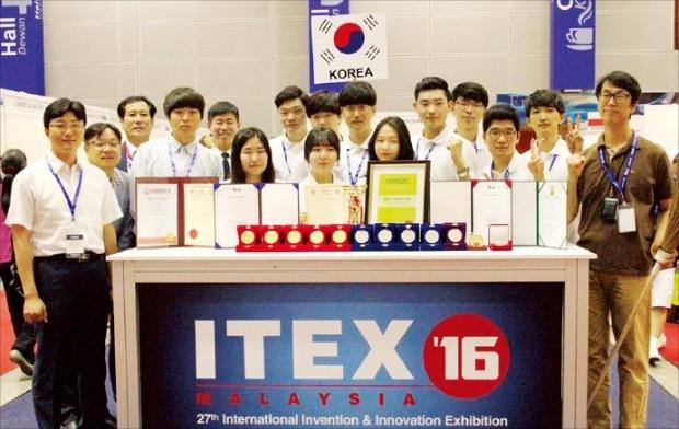 말레이시아 국제발명 혁신기술 전시회에서 수상한 한국산업기술대 학생들.