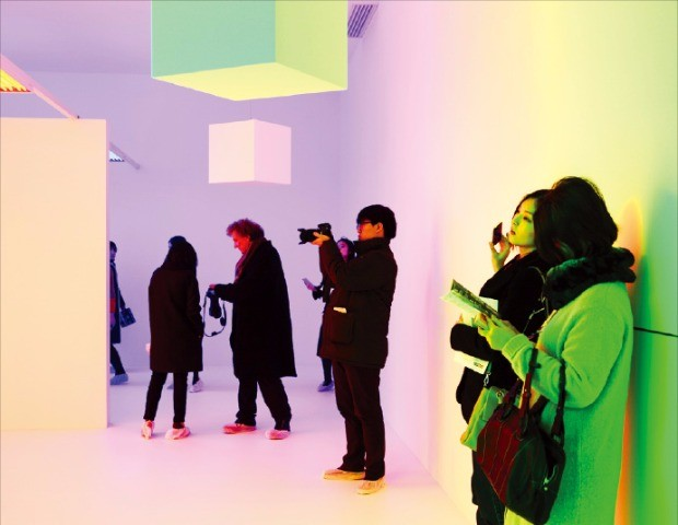 서울 한남동 디 뮤지엄에서 관람객들이 '아홉개의 빛, 아홉개의 감성' 전시회를 보고 있다. 대림산업 제공