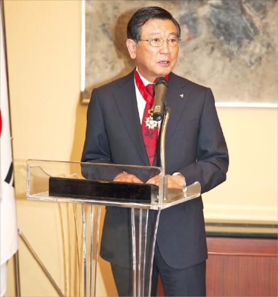 박삼구 금호아시아나그룹 회장이 지난 27일 주한 프랑스대사관에서 프랑스 최고 권위의 '레종 도뇌르' 훈장을 받은 뒤 수상 소감을 말하고 있다. 금호아시아나 제공