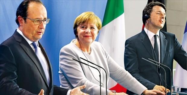 프랑수아 올랑드 프랑스 대통령(왼쪽부터)과 앙겔라 메르켈 독일 총리, 마테오 렌치 이탈리아 총리가 27일(현지시간) 독일 베를린 총리 관저에서 회의를 한 뒤 공동 기자회견을 하고 있다. 3개국 정상은 영국이 유럽연합(EU) 탈퇴 신청서를 제출하기 전에는 영국과 EU 간에 어떤 협상도 없을 것이라고 선언했다. 베를린AP연합뉴스