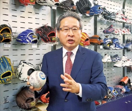권오성 스포츠용구공업협동조합 이사장이 서울 목동 비바스포츠 본사에서 제품의 특성을 설명하고 있다. 박영태 기자