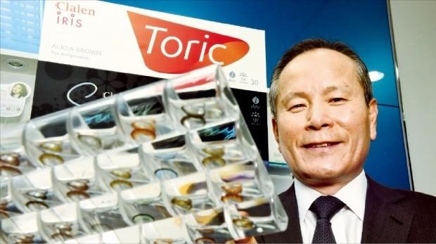 노시철 인터로조 대표가 시력을 교정해 주고 눈동자에 색을 더해주는 컬러렌즈에 대해 설명하고 있다. 허문찬 기자 sweat@hankyung.com