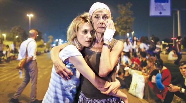 터키 이스탄불의 아타튀르크 국제공항에서 28일(현지시간) 발생한 자살폭탄 테러에 부상을 입은 승객들이 망연자실한 표정으로 서 있다. 이스탄불AFP연합뉴스