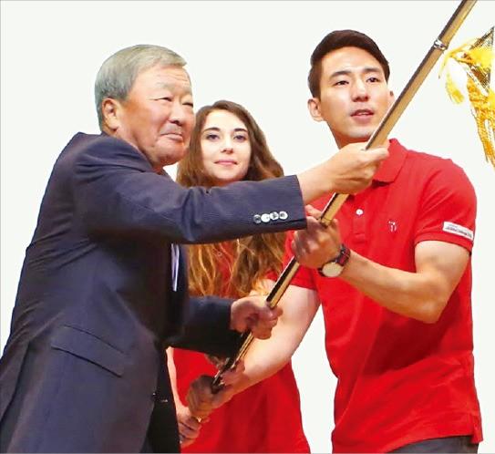 구본무 LG 회장(왼쪽)이 29일 'LG글로벌챌린저' 발대식에서 글로벌챌린저로 선발된 대학생들과 함께 깃발을 흔들고 있다. LG그룹 제공