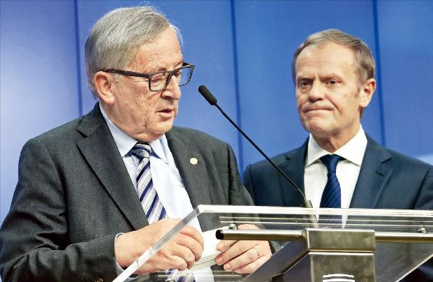 장클로드 융커 유럽연합(EU) 집행위원장(왼쪽)과 도날드 투스크 EU 정상회의 상임의장이 29일(현지시간) 벨기에 브뤼셀 EU 본부에서 데이비드 캐머런 영국 총리를 제외한 27개국 EU 정상과 브렉시트 대응책을 논의한 뒤 기자회견을 하고 있다. 브뤼셀EPA연합뉴스