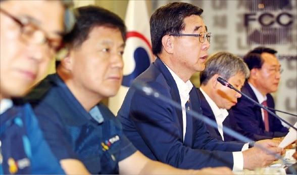 이기권 고용노동부 장관(왼쪽 세 번째)이 30일 서울 태평로 프레스센터에서 열린 고용정책심의회에서 발언하고 있다. 연합뉴스