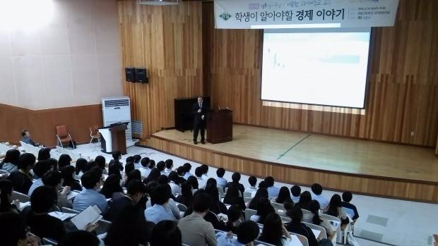 이국헌 고려대 교수가 지난 14일 서울 경일고에서 특강을 하고 있다.