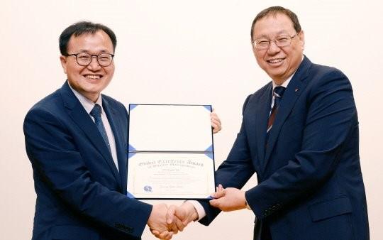 이상복 한국품질경영학회 회장(왼쪽)이 5일 서울 영등포구 LG 트윈타워에서 조성진 LG전자 사장(오른쪽)에게 '2016 글로벌 품질경영인 대상'을 수여하고 있다. / 제공 LG전자