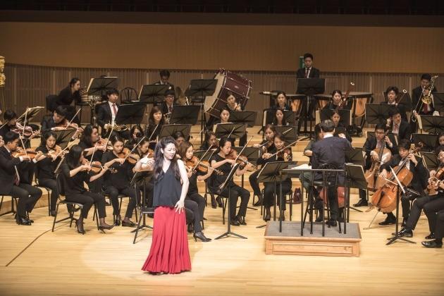 지난 6월 15일 서울 잠실 롯데콘서트홀에서 열린 프리오프닝 콘서트에서 한경필하모닉 오케스트라와 메조소프라노 백재은씨가 공연을 하고 있다.