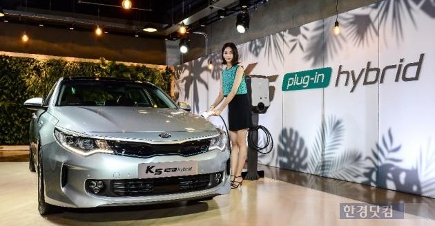 기아자동차는 12일 2017년형 K5를 출시하면서 자사 첫 번째 플러그인 하이브리드를 함께 선보였다. (사진=기아차 제공)