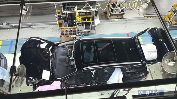 부산공장 생산라인에서  '뉴 꼴레오스'가 완성차로 조립되고 있는 장면. (사진=르노삼성)