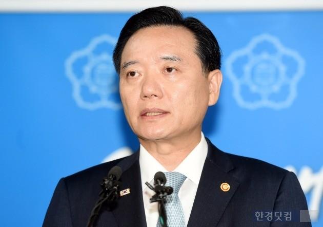 김현웅 법무부 장관은 18일 진경준 검사장의 뇌물수수 혐의 구속과 관련해
