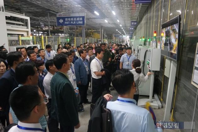 지난 12일 옌청의 둥펑위에다기아차 제3공장을 찾은 한국대표단. / 한일경제협회 제공
