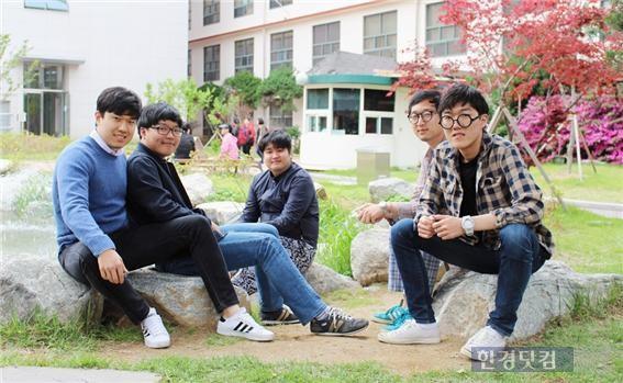 게임 '코즈믹 온라인'을 러시아에 진출시킨 집연구소 권오현 대표(오른쪽 첫번째)와 학생들. / 세종대 제공