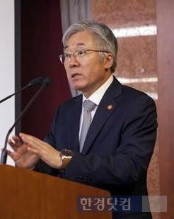 21일 열린 세종포럼 특강에서 강연한 김종덕 장관. 그는