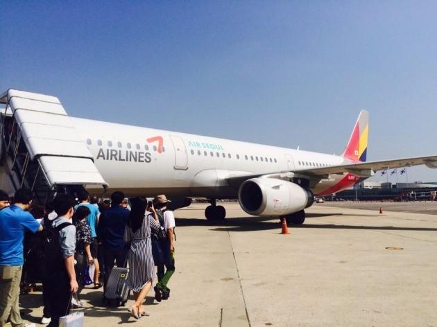 22일 오전 10시 김포공항을 출발해 제주공항에 도착 예정인 에어서울 OZ9538편(A321-200) 여객기에 승객들이 탑승하고 있다. 이 비행기는 승객 탑승 후 엔진 부품 결함이 발견돼 1시간여 동안 출발이 지연됐다.