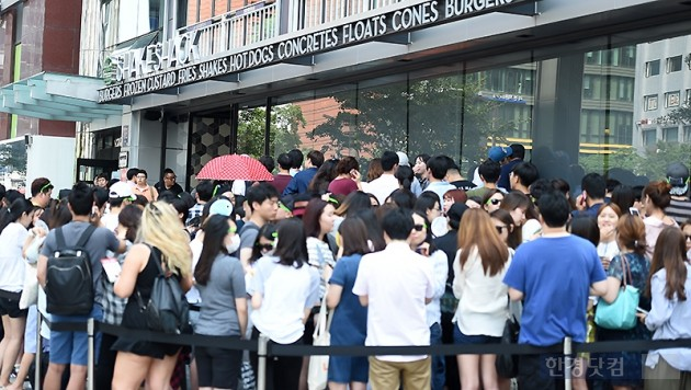 쉐이크쉑 1호점 강남점 앞에 사람들이 줄을 서서 기다리는 모습. (사진 = 변성현기자)