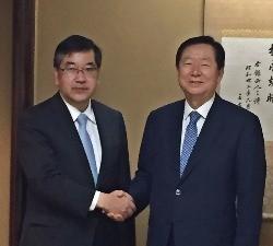 22일 도쿄대를 방문해 고노카미 총장(왼쪽)과 전략적 파트너십 체결에 합의한 성낙인 총장. / 서울대 제공