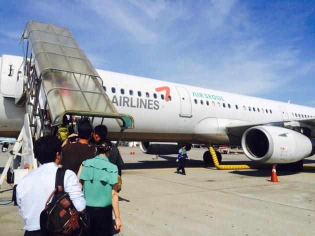 22일 오전 10시 김포공항을 출발해 제주공항에 도착 예정인 에어서울 여객기에 승객들이 탑승하고 있다.