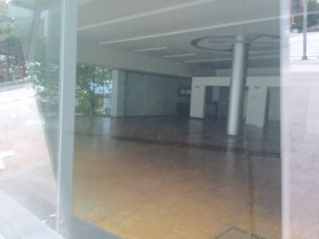 전시장의 유리창 문 밖에서 바라본 모습. 매장 내부가 텅 비었다.