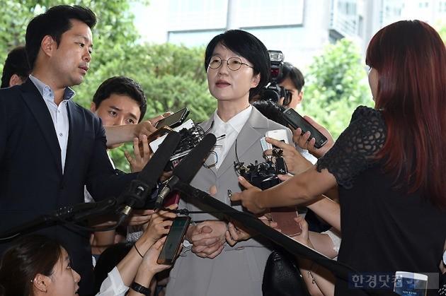 리베이트 수수 의혹 사건에 관여한 혐의로 구속영장이 청구된 국민의당 박선숙 의원이 11일 오후 서울서부지법에 구속 전 피의자 심문(영장실질심사)을 받으러 출석하고 있다. 변성현 기자