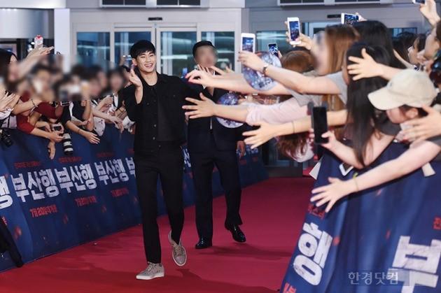 김수현, '걸을 수 조차 없는 인기'