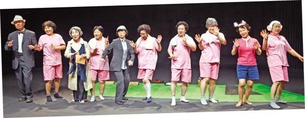 서울 종로구 동숭동 엘림홀에서 열린 연극 '그녀들의 수다'에서 50~60대 액티브 시니어들로 구성된 '날아라 백로' 팀이 열연하고 있다. 강은구 기자 egkang@hankyung.com