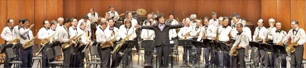 액티브 시니어 30명으로 구성된 '더 행복 오케스트라'가 서울 세종문화회관 생활예술오케스트라 축제 예선에서 연주하고 있다. 더 행복 오케스트라 제공