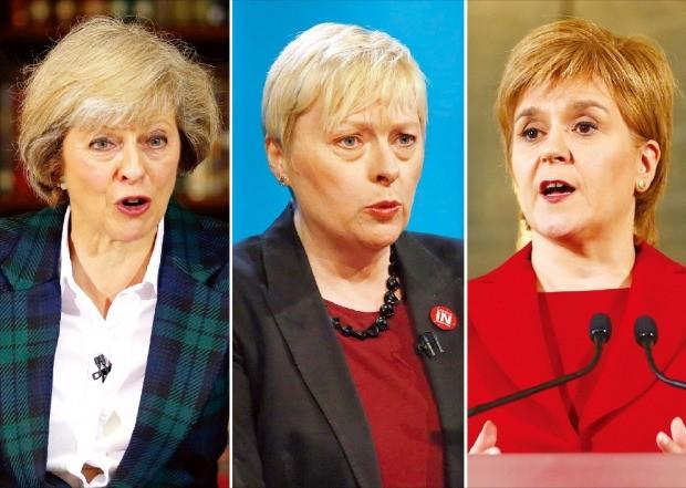 < '구원투수'로 나선 여성 정치인 > 유럽연합(EU) 탈퇴 국민투표 후 혼란에 빠진 영국 정치권에 여성 정치인들이 '구원 투수'로 나섰다. 왼쪽부터 차기 영국 총리가 될 보수당 대표 경선에 출마한 테리사 메이 내무장관(59), 노동당 최초 여성 대표를 노리는 앤절라 이글 하원의원(55), 스코틀랜드 독립을 내세워 영향력 높인 니콜라 스터전 스코틀랜드 자치정부 수반(45). 런던로이터·EPA·에든버러신화연합뉴스