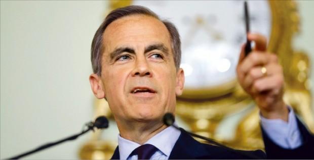 마크 카니 영국 중앙은행(BOE) 총재가 30일(현지시간) 런던 BOE 본관에서 열린 기자회견에서 질문에 답하고 있다. 런던AFP연합뉴스