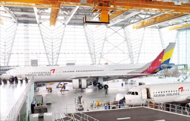 아시아나항공 인천공항 제2격납고에서 정비 중인 A330(왼쪽)과 A320 항공기.