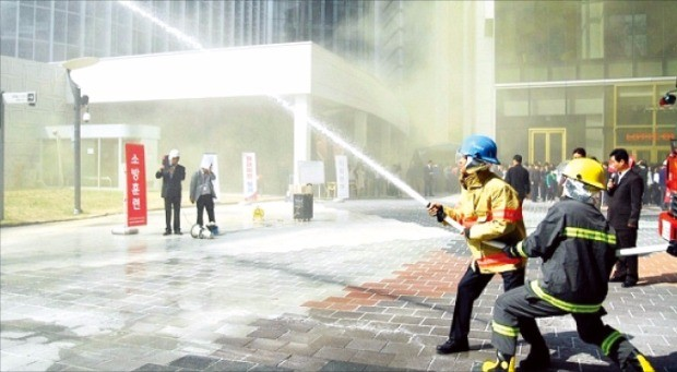 롯데물산이 오는 12월 완공을 앞둔 서울 잠실 롯데월드타워 앞에서 소방훈련을 하고 있다.