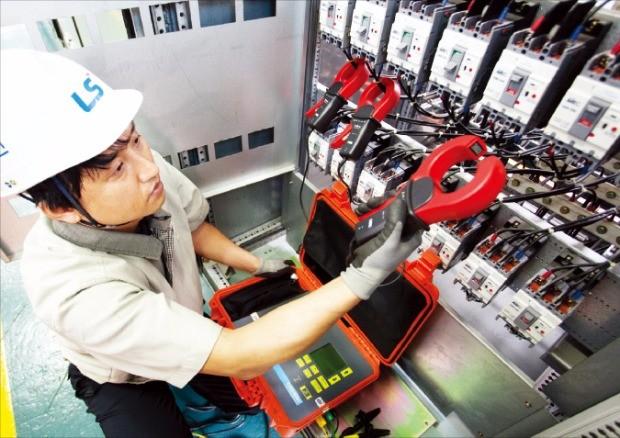 LS전선 직원이 사업장 안전점검을 하고 있다.