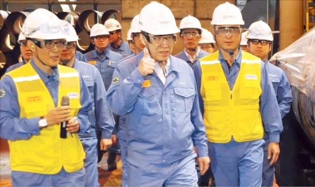 권오준 포스코 회장(가운데)이 임직원들에게 안전 조업을 당부하고 있다.