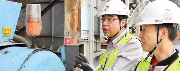 SK이노베이션 안전 담당 직원들이 현장을 둘러보고 있다.