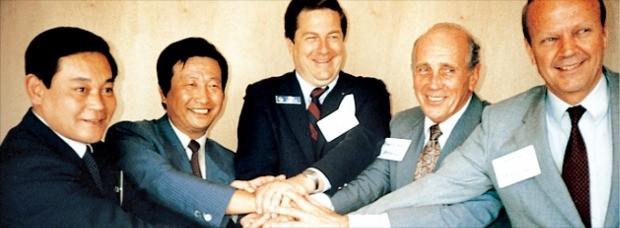 이건희 삼성 회장(맨 왼쪽)이 1985년 6월 프랑스 파리에어쇼에서 P&W의 최대주주인 UTC그룹 해리 그레이 회장(오른쪽 두 번째) 등과 항공기 엔진 국제공동개발사업 협력에 합의했을 때의 모습. 왼쪽 두 번째는 이동복 당시 삼성정밀공업 대표. 한화테크윈 제공