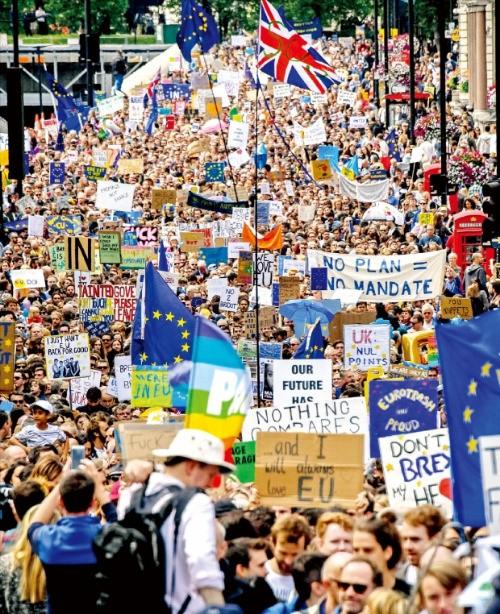 < 런던거리 꽉 채운 브렉시트 반대 시위대 > 영국의 유럽연합(EU) 탈퇴에 반대하는 5만여명의 시위대가 2일(현지시간) 런던에서 가두 행진을 하고 있다. EU 잔류를 위해 영국 하원 홈페이지에 재투표를 요구하는 청원자 수도 400만명을 넘어섰다. 런던신화연합뉴스