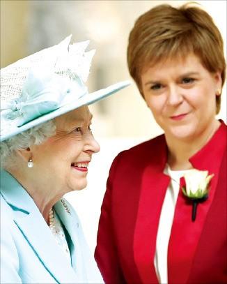 스코틀랜드 의회가 개원한 2일(현지시간) 연설을 위해 의회에 참석한 엘리자베스 2세 영국 여왕(왼쪽)과 니컬라 스터전 스코틀랜드 자치정부 수반. 에든버러AFP연합뉴스